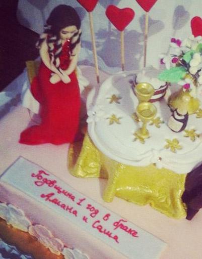 Праздничный торт был украшен фигурками Гобозовых и сердечками
