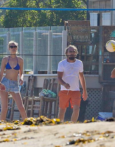 Леонардо Ди Каприо и Тони Гарн играют в воллейбол на пляже Малибу