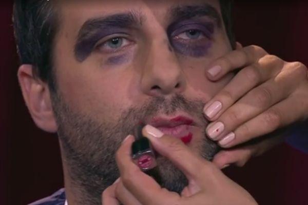 Модель нанесла ведущему макияж с завязанными глазами