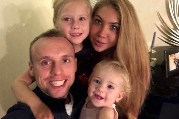 Денис Глушаков с семьей