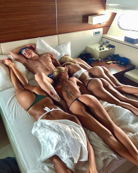 Поцелуи с Бузовой не мешают Майами отдыхать в компании сразу нескольких моделей