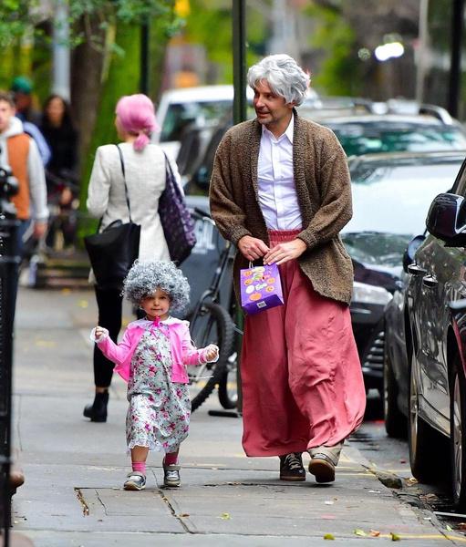 Папа с дочкой весело проводят время