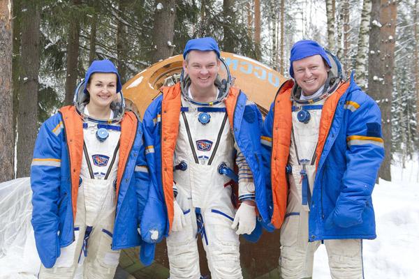 Вместе с коллегами женщина-космонавт училась, как выжить после посадки в условиях зимнего лесам лесу