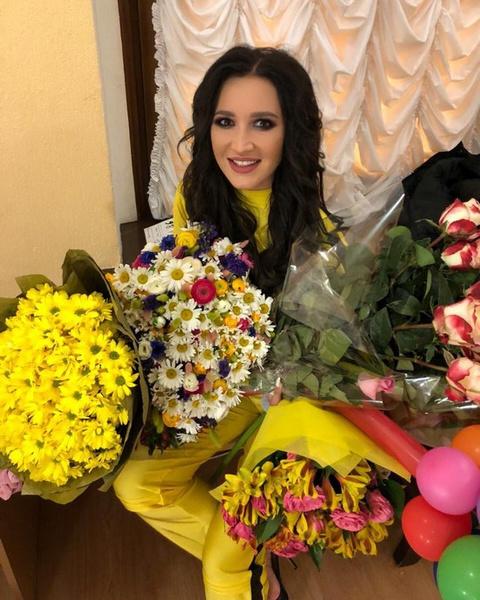 Ольга Бузова с букетами цветов, подаренными поклонниками в Сочи
