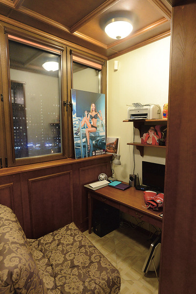 Фото героини везде – во всех комнатах и даже на балконе