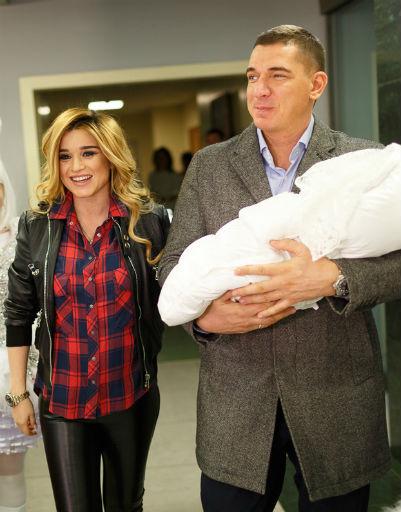Ксения Бородина с мужем и новорожденной дочерью