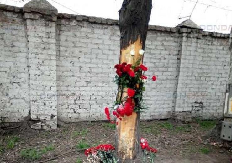 Страшное ДТП произошло утром 18 апреля. На месте аварии местные жители организовали своеобразный мемориал