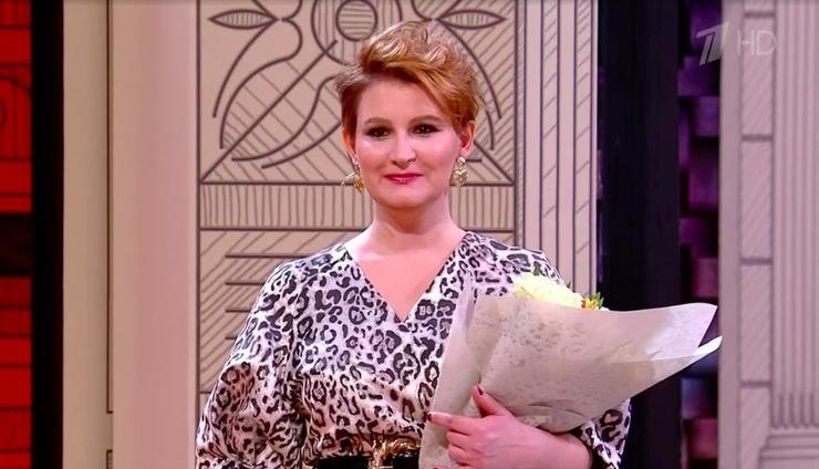 В конце программы муж подарил ей цветы