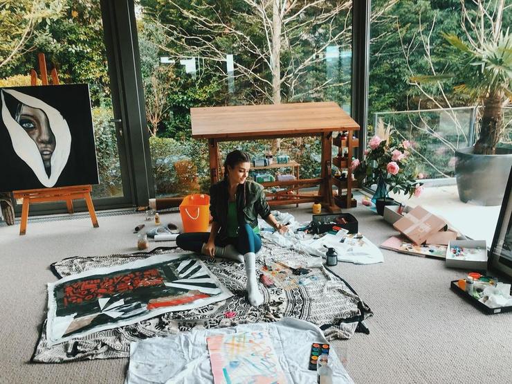 Ханде обожает рисовать, поэтому в доме нашлось место и для небольшой мастерской