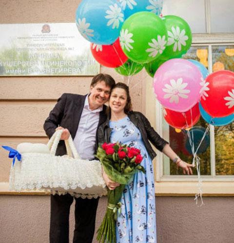Денис Матросов и его возлюбленная Ольга с новорожденным сыном