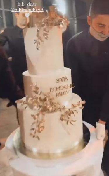 Гости отведали роскошный торт.