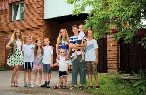 В этой семье дни рождения отмечают почти каждый месяц. На фото – Таня, Никита, Настя, Витя, мама Алена с Даней, папа Сергей с Димой и Руслан