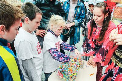 Первоклассники сплотились, чтобы собрать деньги на«волшебные пилюли» для любимой учительницы