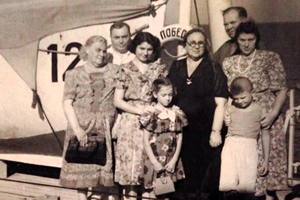8-летний Илья Олейников с родителями (справа) и тетя Элла (третья слева), прощание в порту, 1955 год