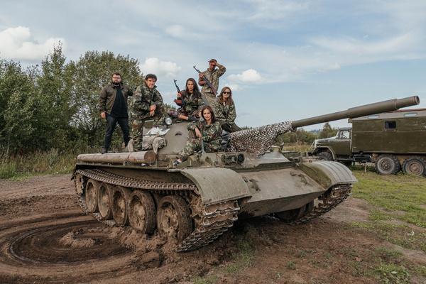 Друзья ездили на танке и военных машинах