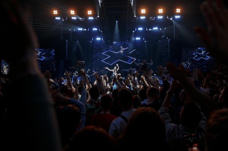 Исполнительница попросила прощения у фанатов, которые не дождались ее после концерта