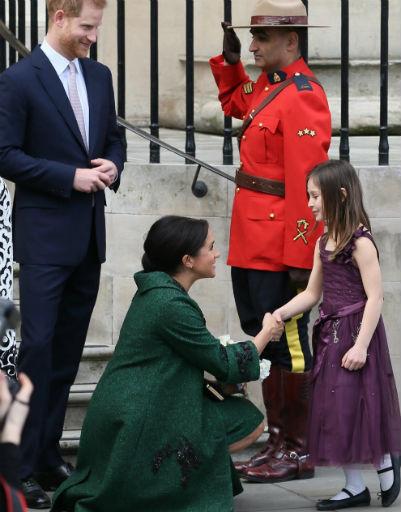 И они с Гарри отвечают малышам взаимностью