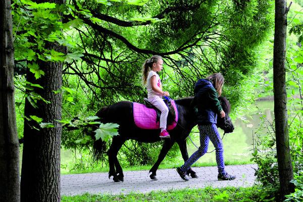 Александра прокатилась по аллеям парка на пони
