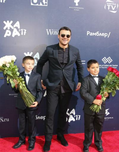 Эмин с сыновьями Али и Микаилом