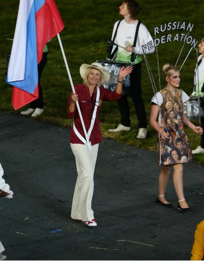 Мария Шарапова, наш знаменосец на параде атлетов, отлично смотрелась в официальном костюме русской делегации