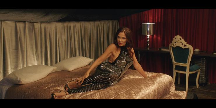 В сериале актриса появляется в очень откровенных образах