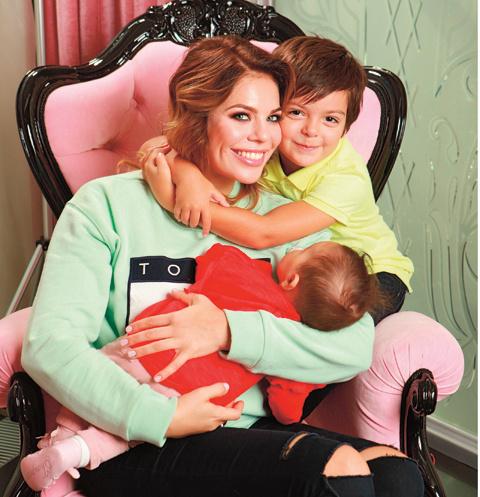 Анастасия Стоцкая с детьми
