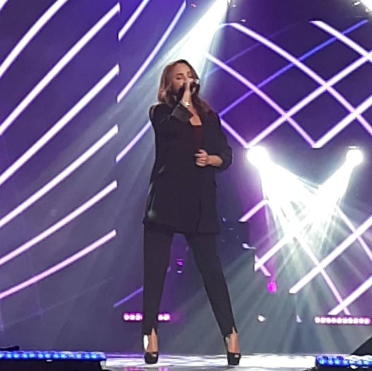 Певица впервые выступила на большой сцене после болезни