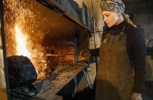 Махать кувалдой Ольге не приходится: эта часть работы автоматизирована. Но металлические инструменты и заготовки все же весят немало...
