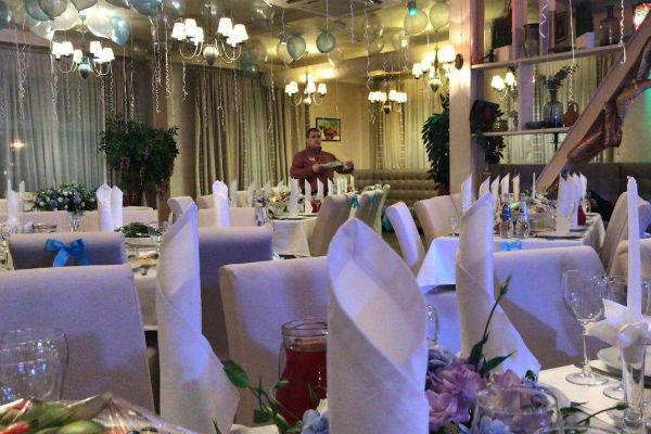 Весь зал был оформлен в бело-голубых тонах благодаря цветочной компании eva_flowers