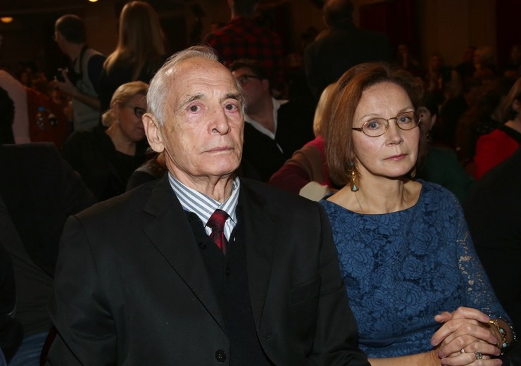 Актера поддерживает его супруга Ирина Купченко