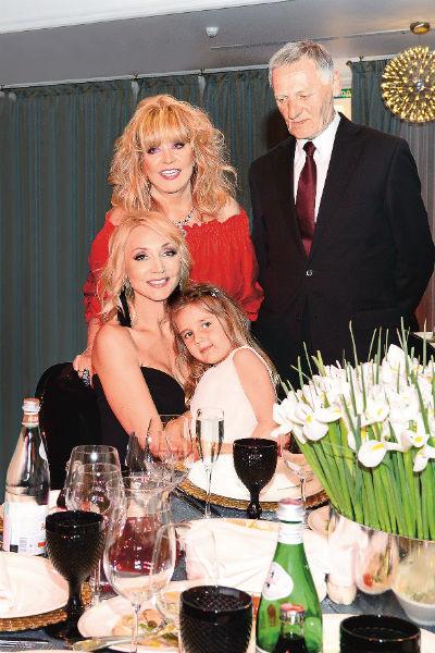 С родителями – Аллой Пугачевой и Миколасом Орбакасом – Кристина всегда на связи