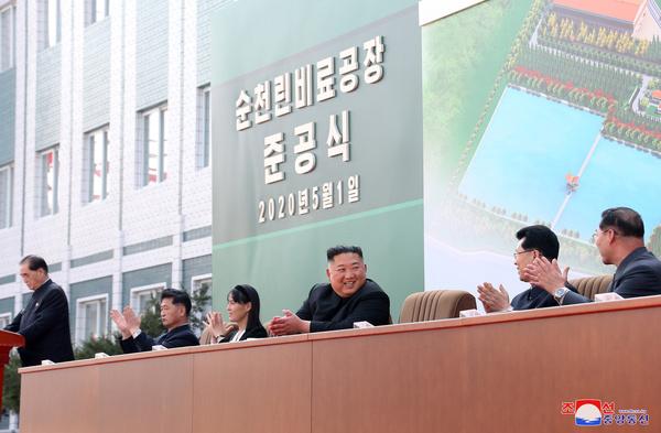 Ким Чен Ын впервые появился на публике после слухов о смерти – фото