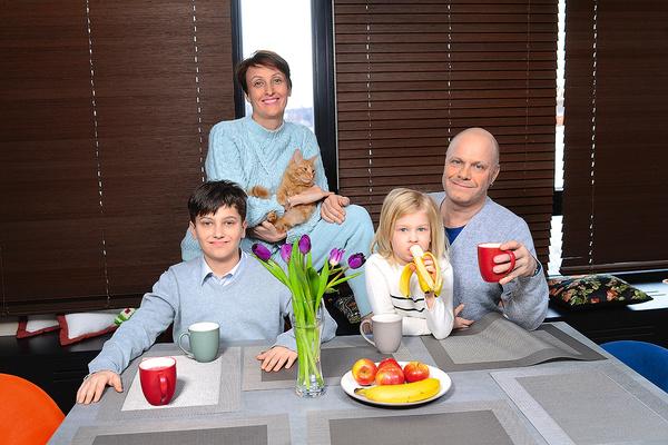 В доме Кортнев отвечает за порядок: посуда должна быть чистой, а дети обязаны вовремя сделать уроки