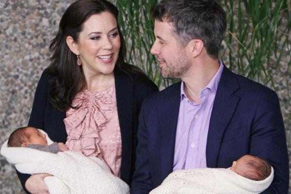 Кронпринц Фредерик с женой и новорожденными детьми