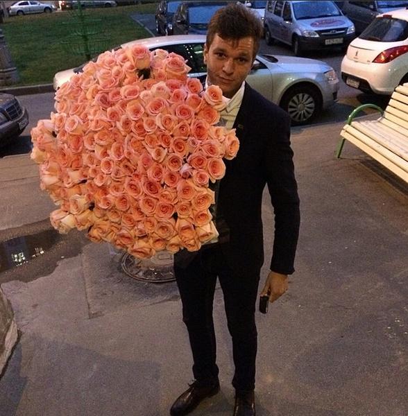 Антон подарил Жене огромный букет на вторую годовщину свадьбы