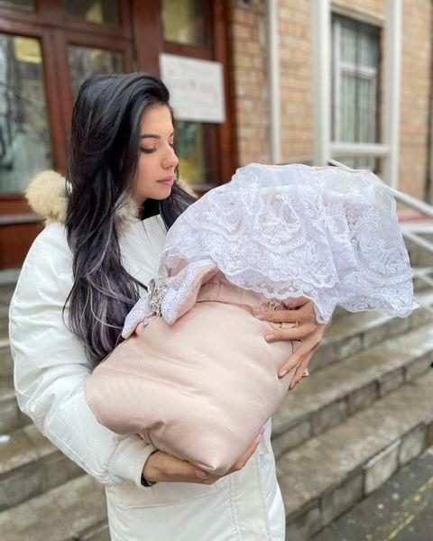 Ирина на выписке с дочкой