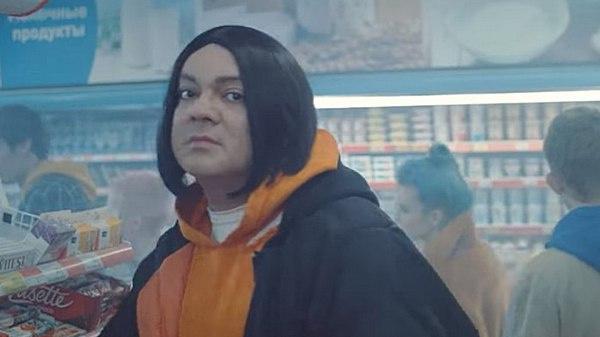 Специально для клипа Киркорову пришлось побриться. В Сети нашли, что артист стал походить на рэпера Face