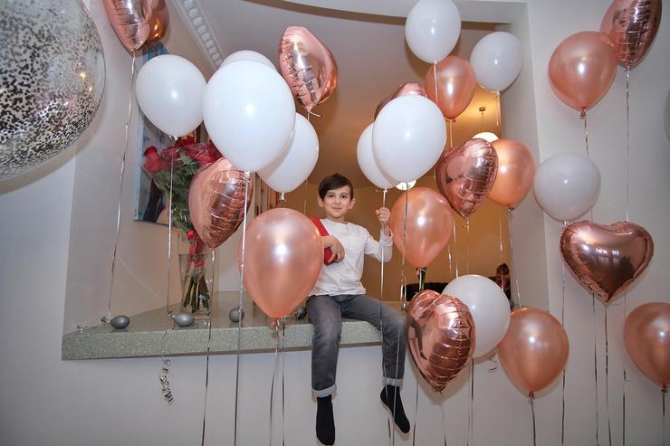 На новоселье семья украсила жилье шариками