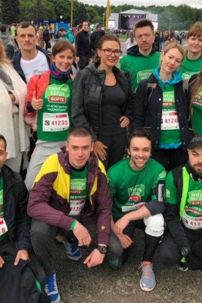 Эвелина Бледанс в окружении участников забега