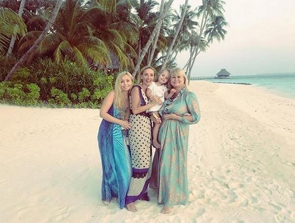 Татьяна Навка с матерью и сестрой