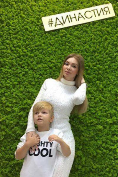 Молодая мама старается всячески развивать наследника