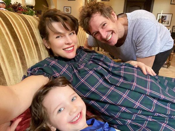 Мила с мужем и средней дочерью незадолго до родов