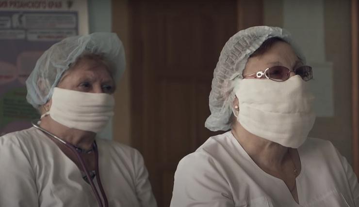 Медицинские работники вынуждены сами шить маски