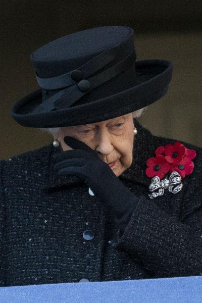 Во время мероприятия королева выглядела расстроенной