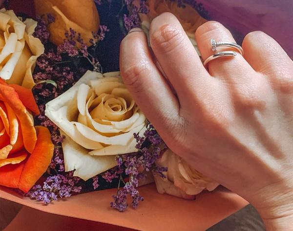 Обручальное кольцо в форме согнутого гвоздя