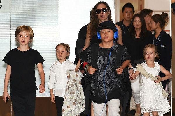 Анджелина с детьми пока находится в Малибу
