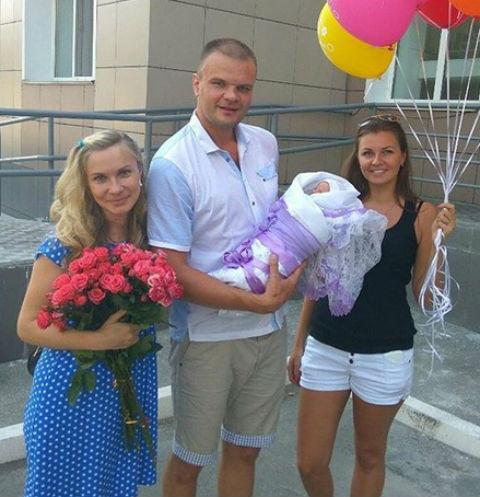 Анастасия Дашко с супругом, новорожденным сыном и подругой, которая приехала поздравить счастливых родителей