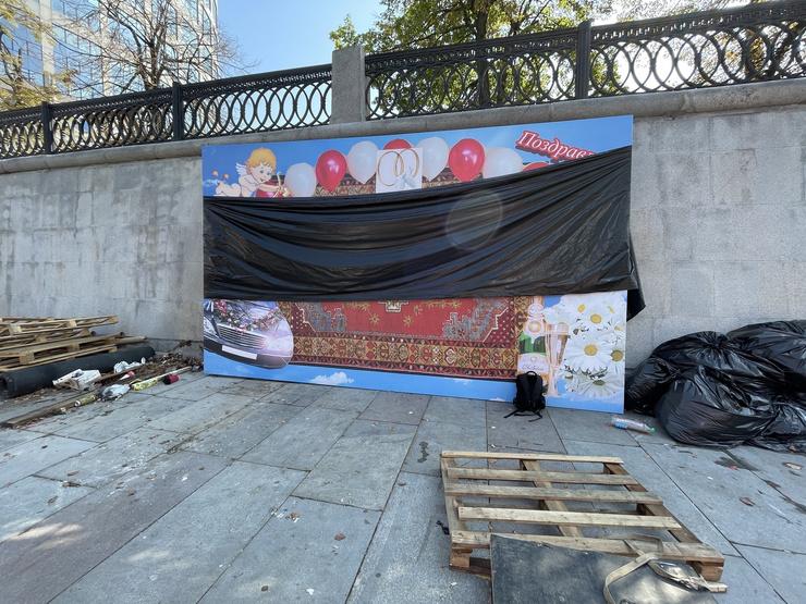 На причале стоят баннеры и плакаты
