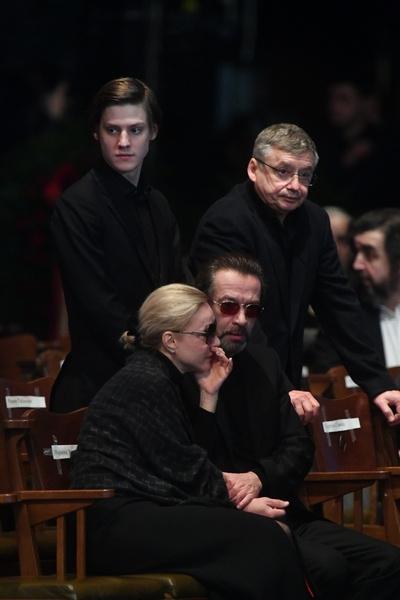 Марина Зудина, Владимир Машков, Павел и Антон Табаковы на прощании с Олегом Табаковым
