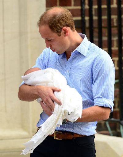 Все прошло удачно и теперь Уильям напевает малышу